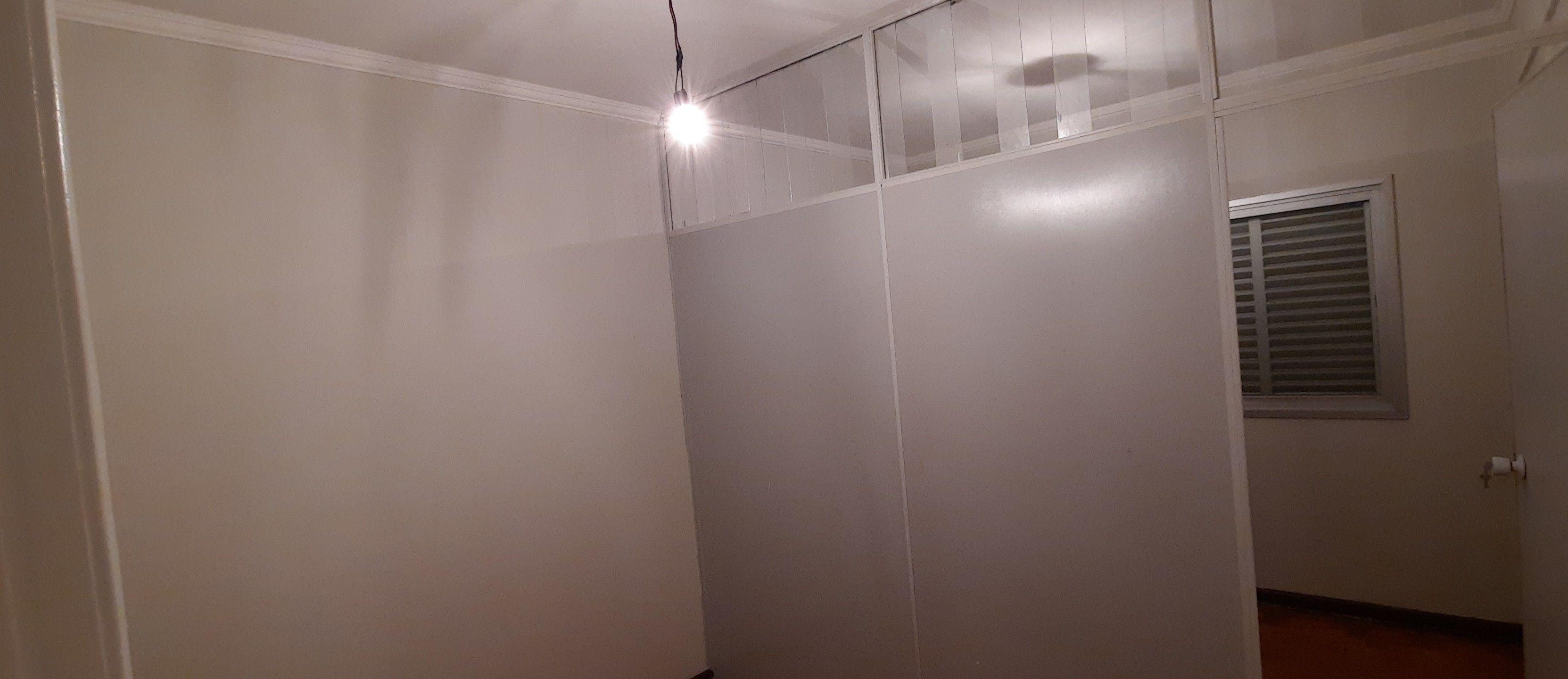 pintura em.divisoria mesmo tom.de.parede.