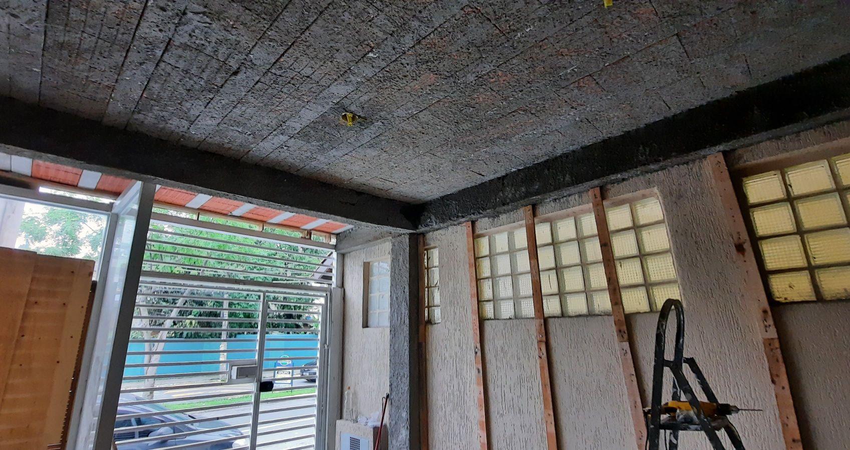 laje e revestimento de madeira em parede