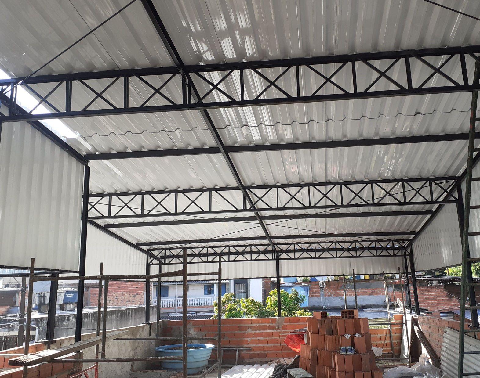 telhado com estrutura  com metálica
