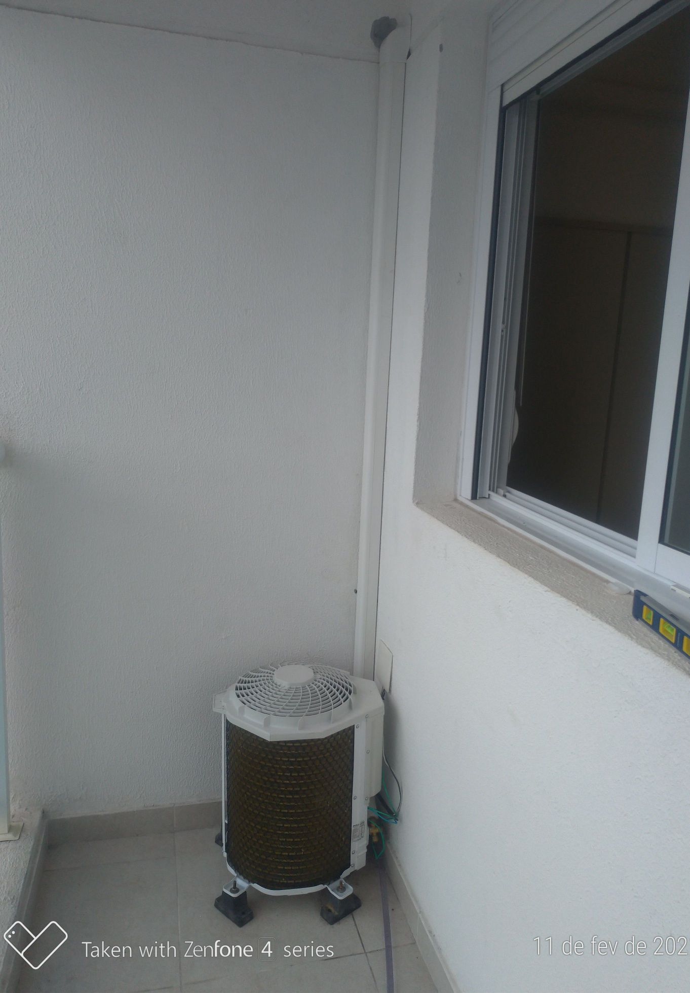 unidade condensadora com canaleta para a tubulação