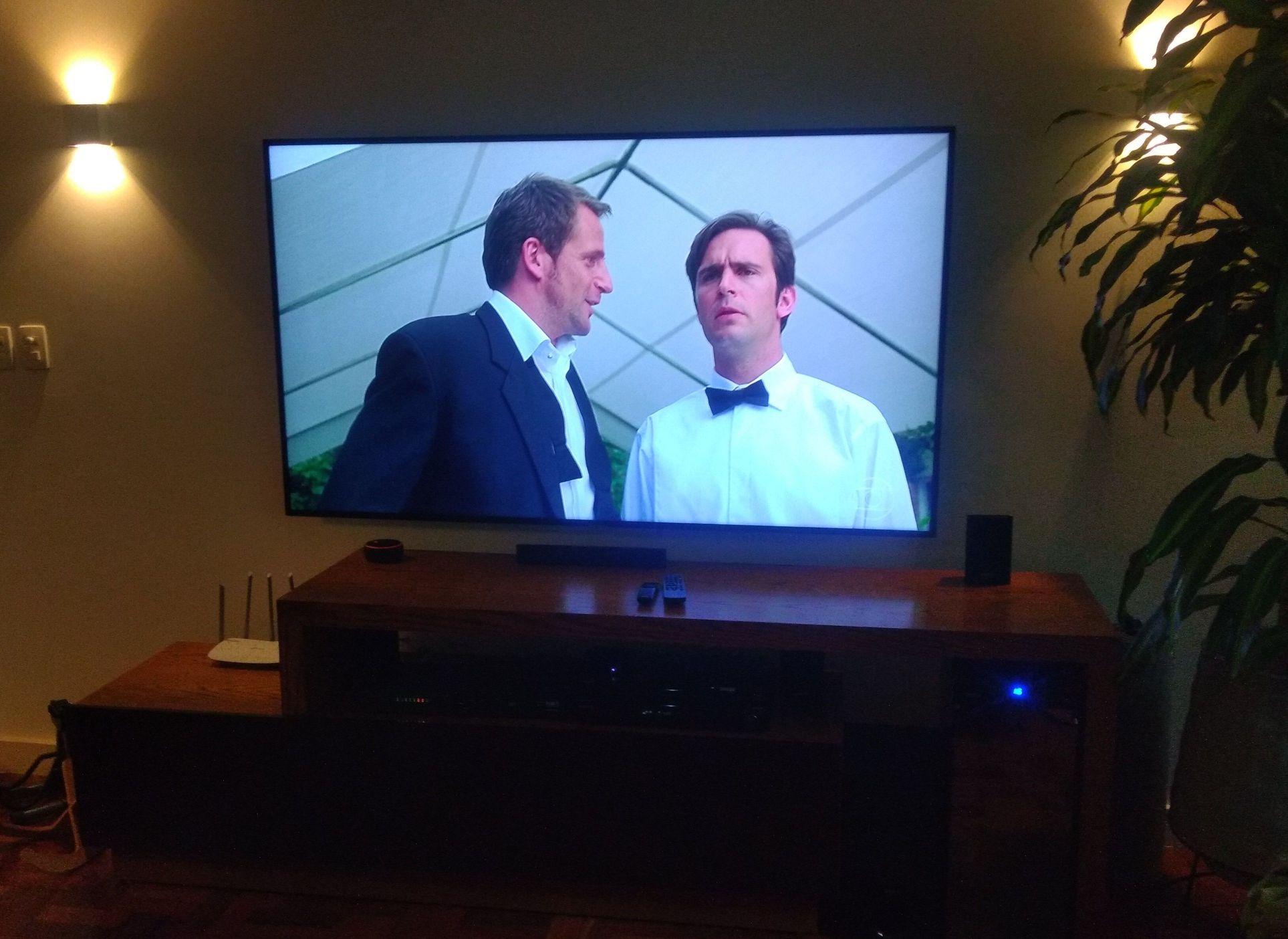 instalação de tv 75 polegadas em suporte fixo.