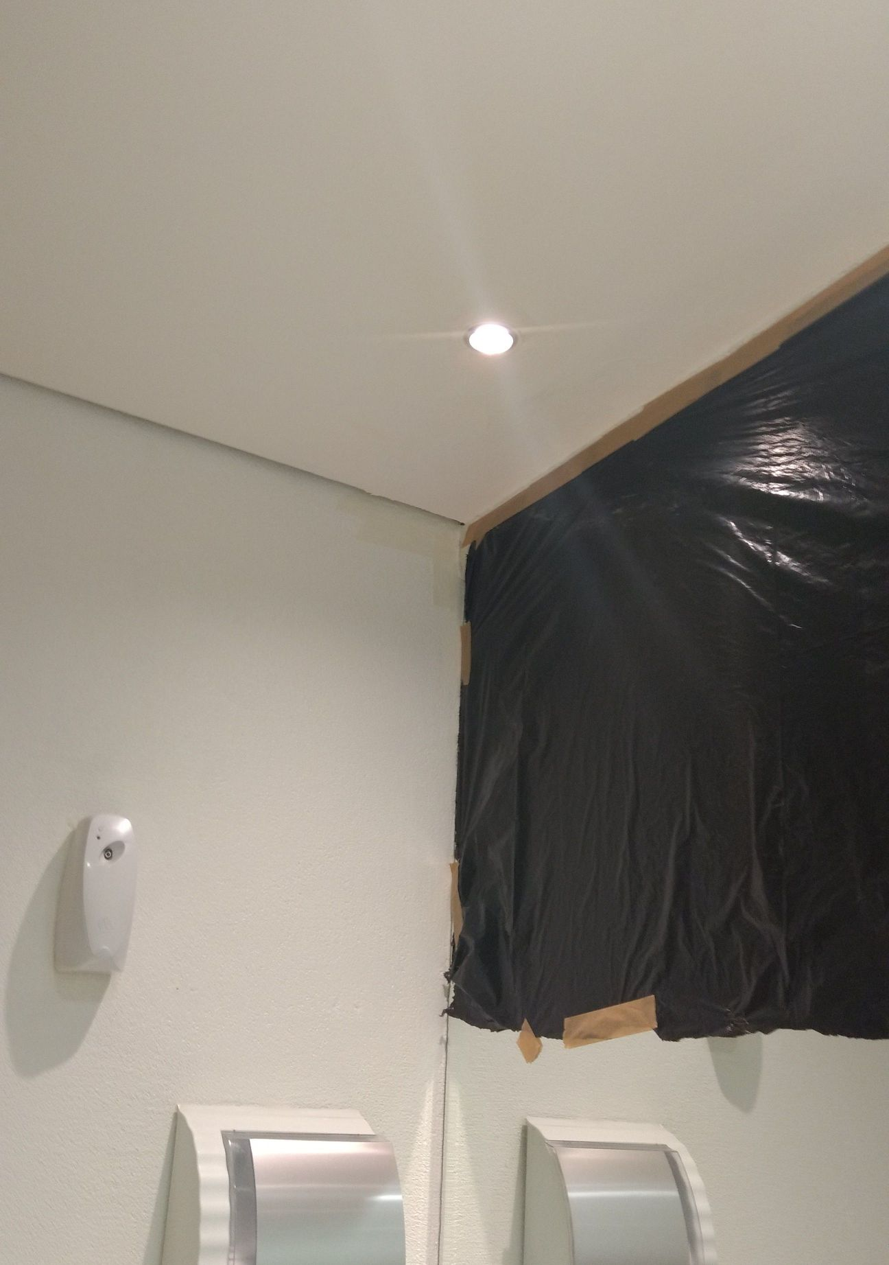 pintura feita no forro do banheiro e parede