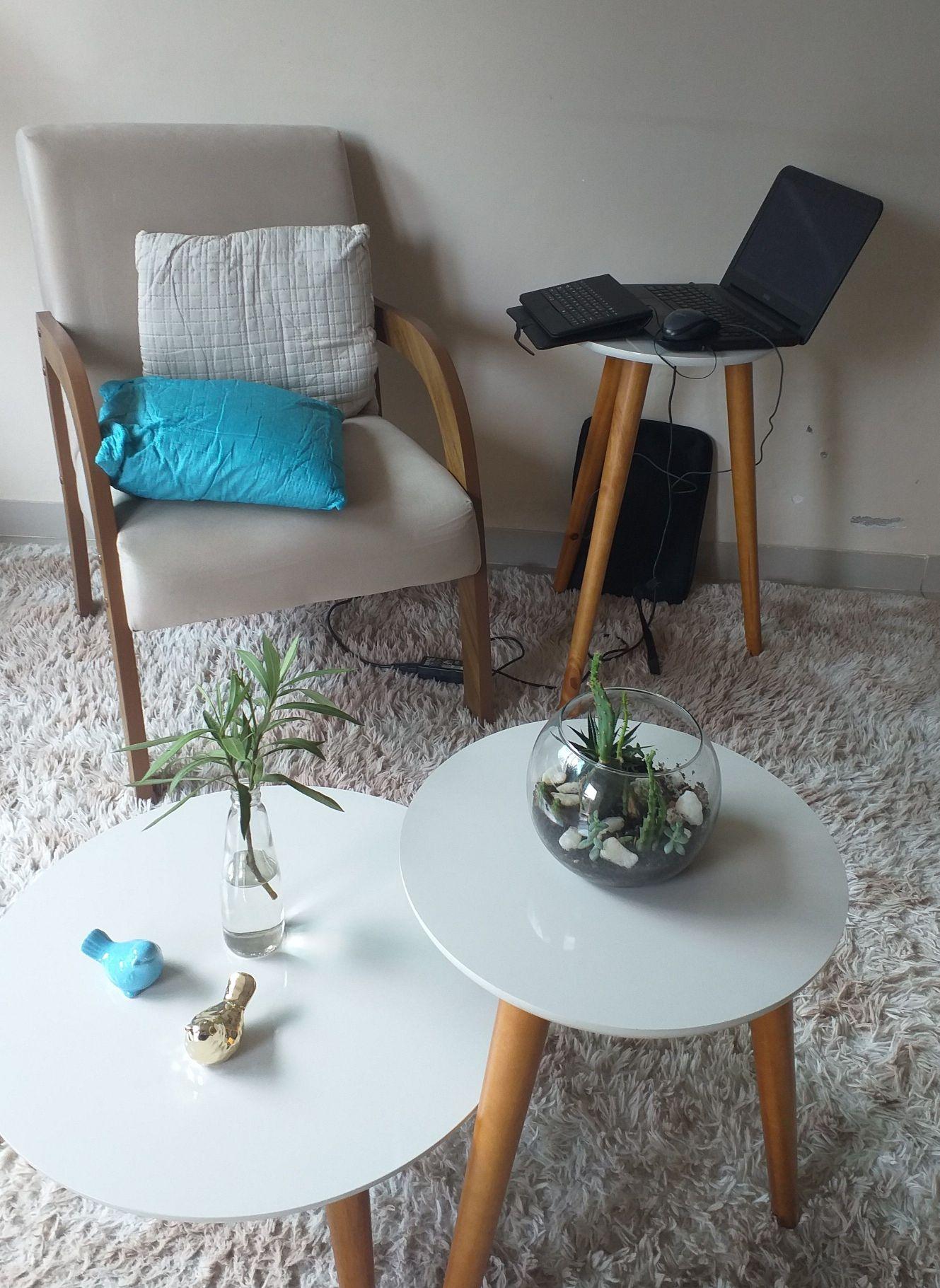 Trio de mesas e poltrona para sala.