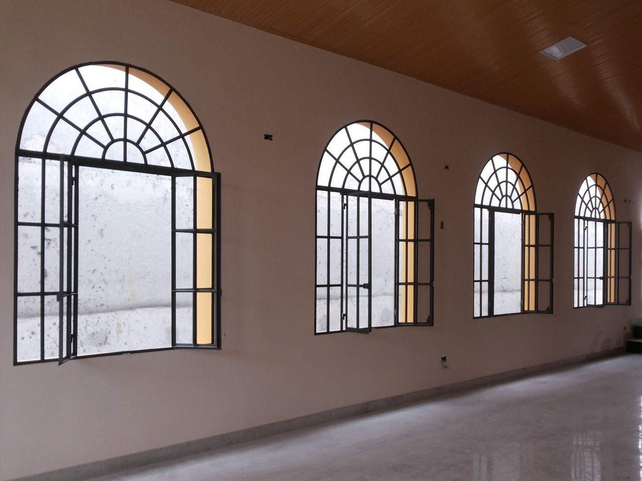 parede da paróquia estava cru no reboco.