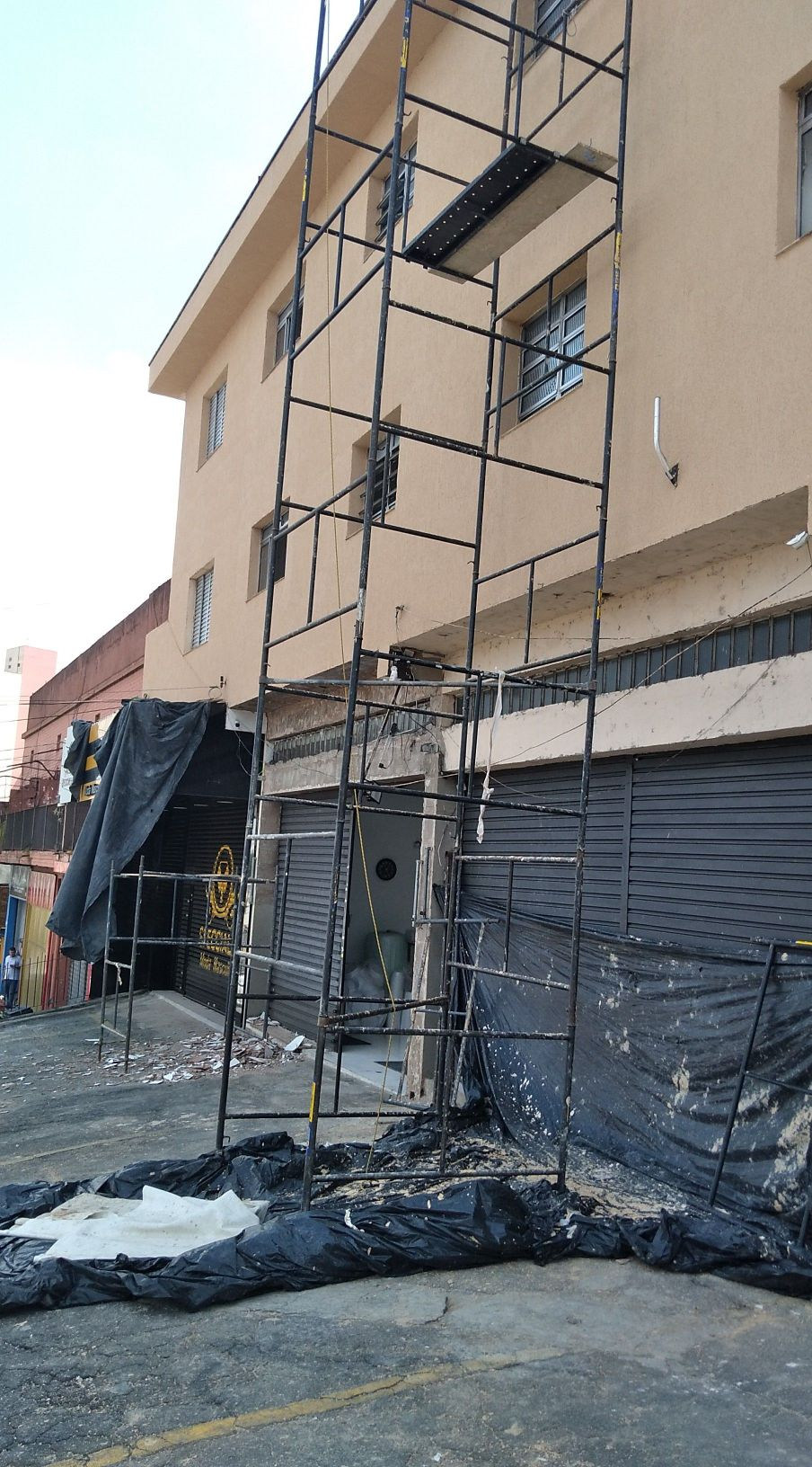 aplicação de grafiato na fachada , prédio comercia