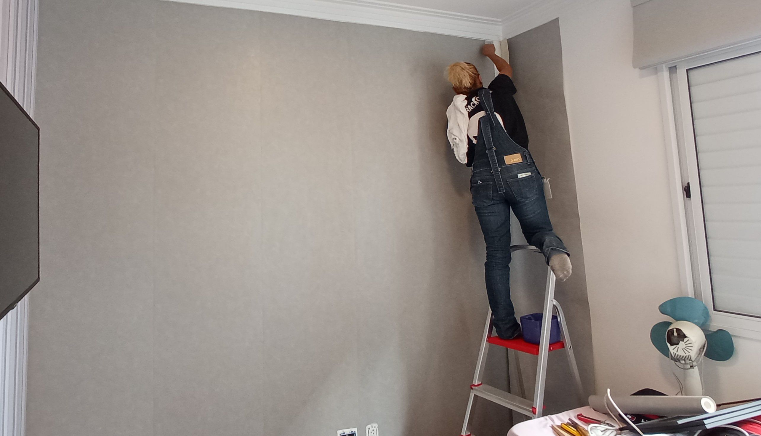 instalação de papel de parede
