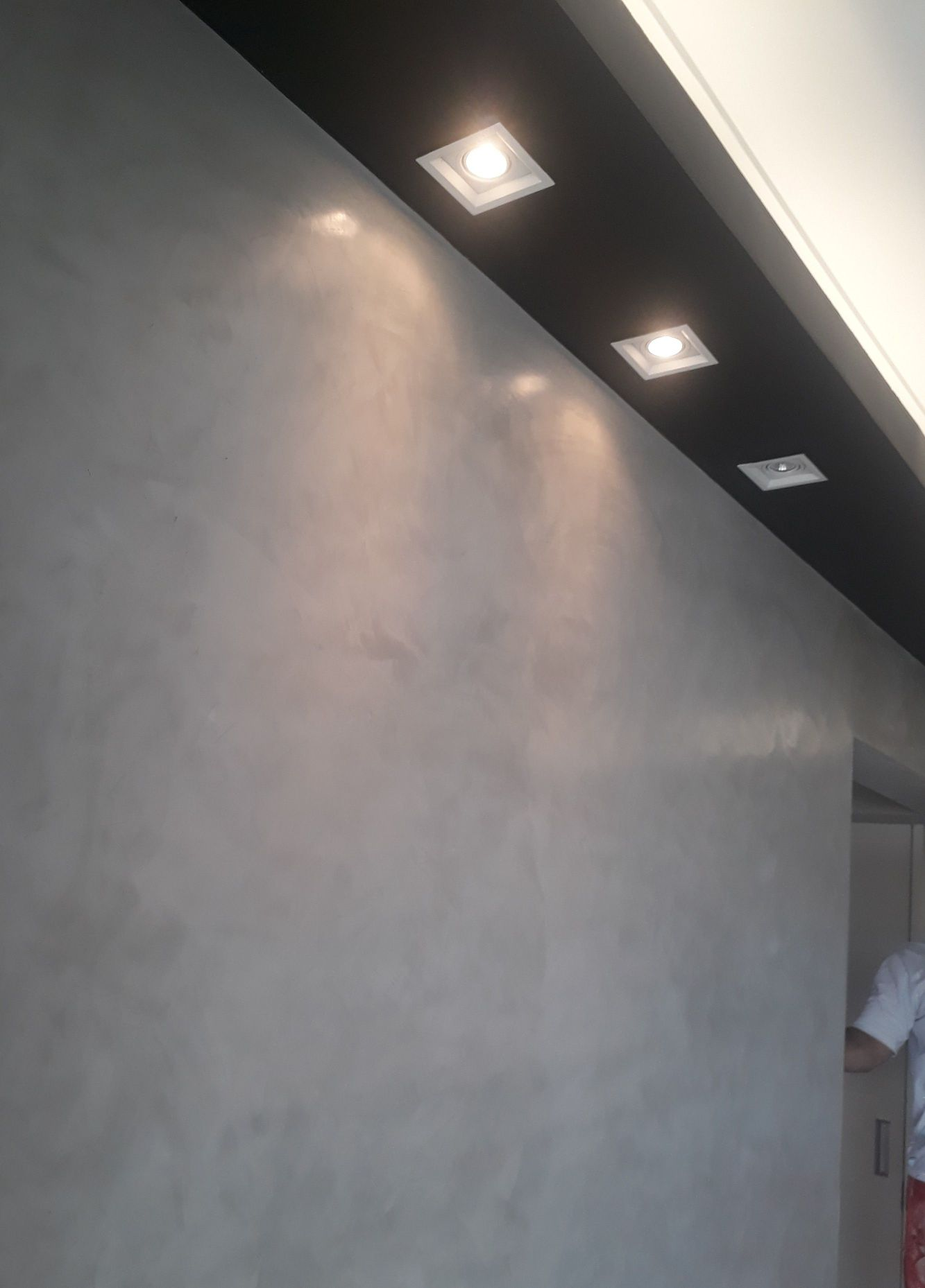 sanca preta e efeito cimento queimado na parede