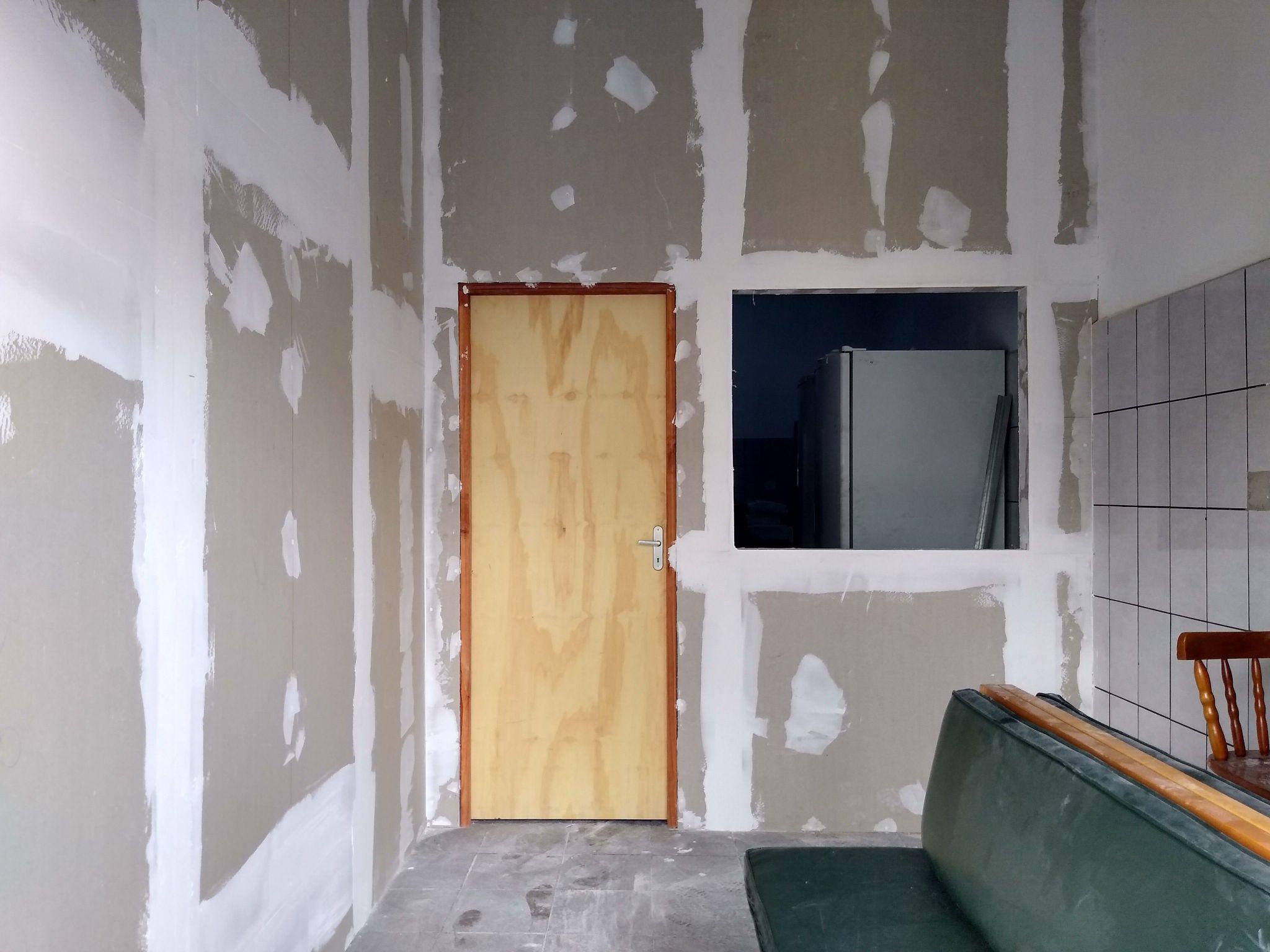Drywall com porta e janela.