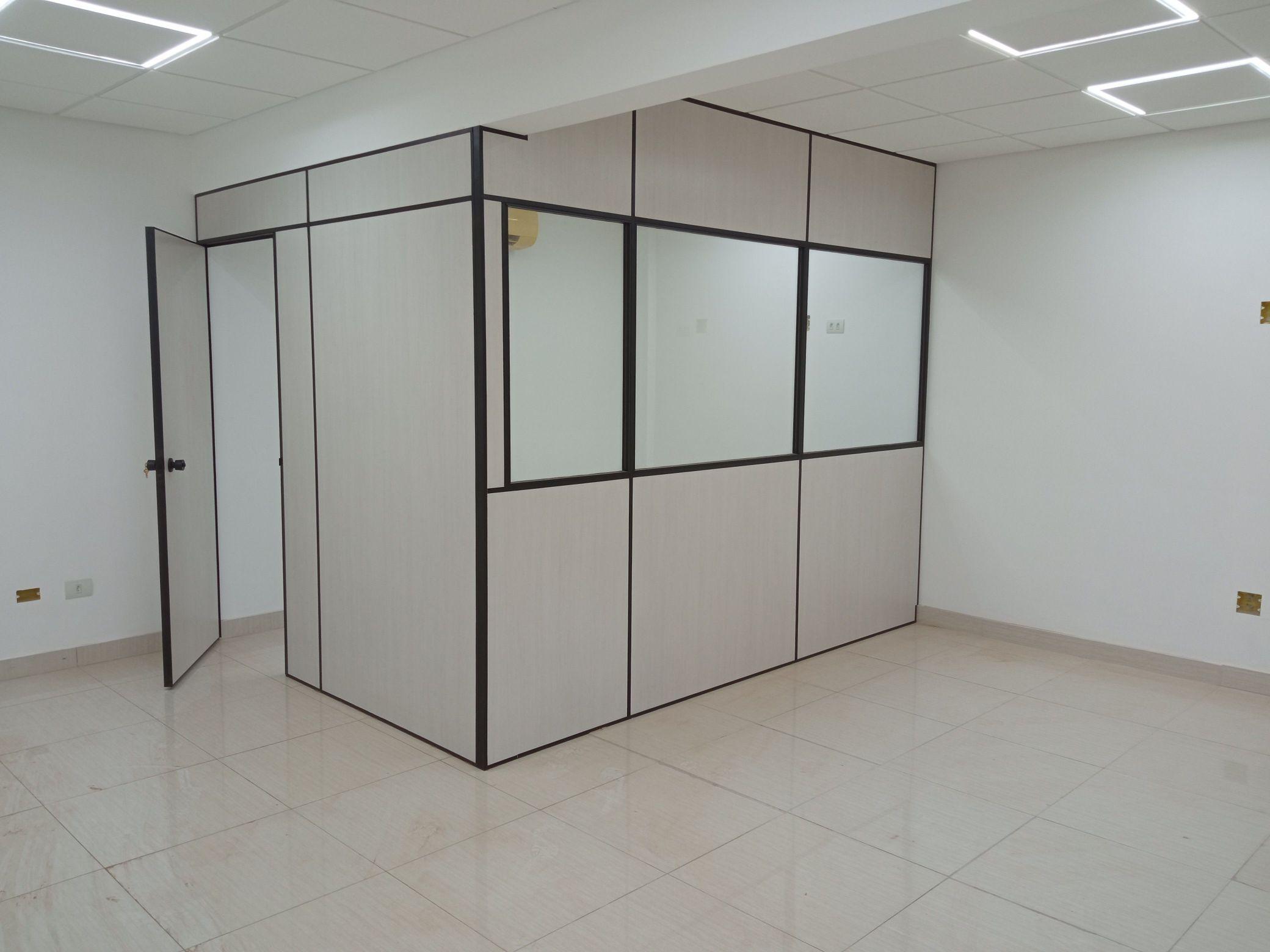 Divisórias Eucatex com vidros e porta.