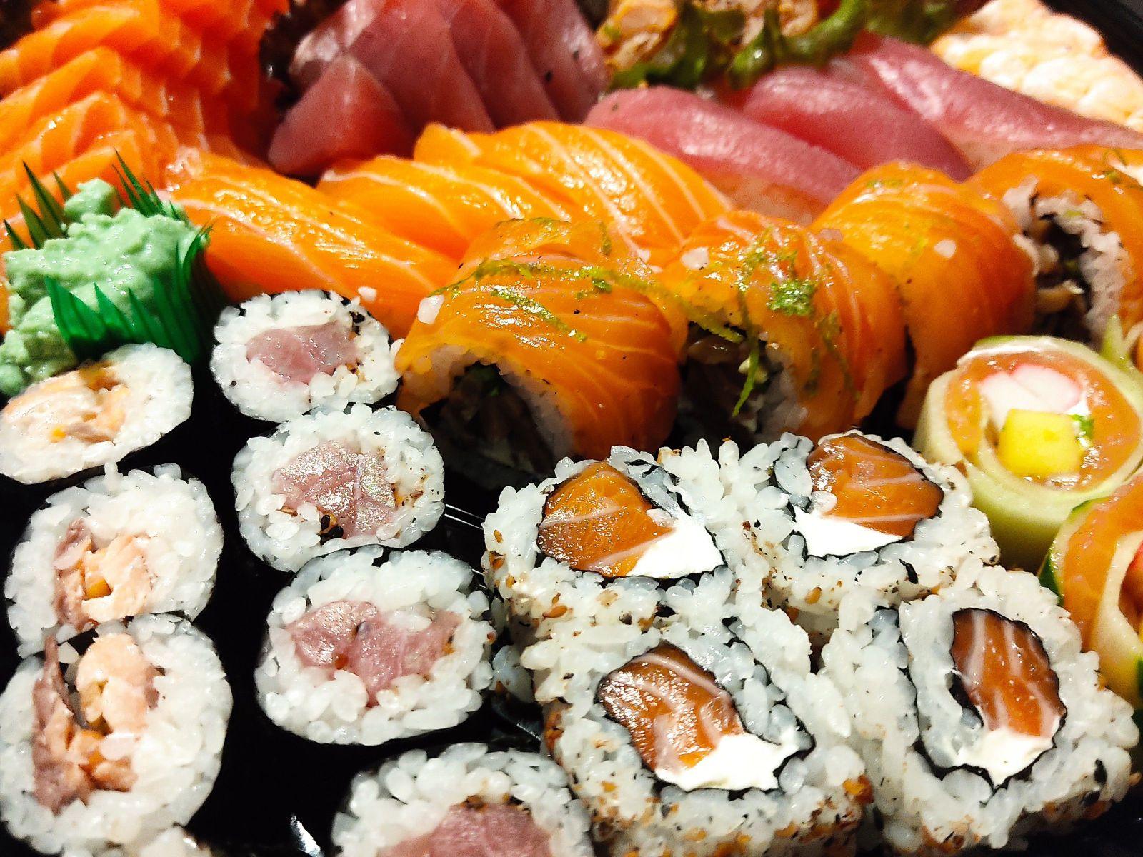 culinária japonesa, sashimi e sushi.