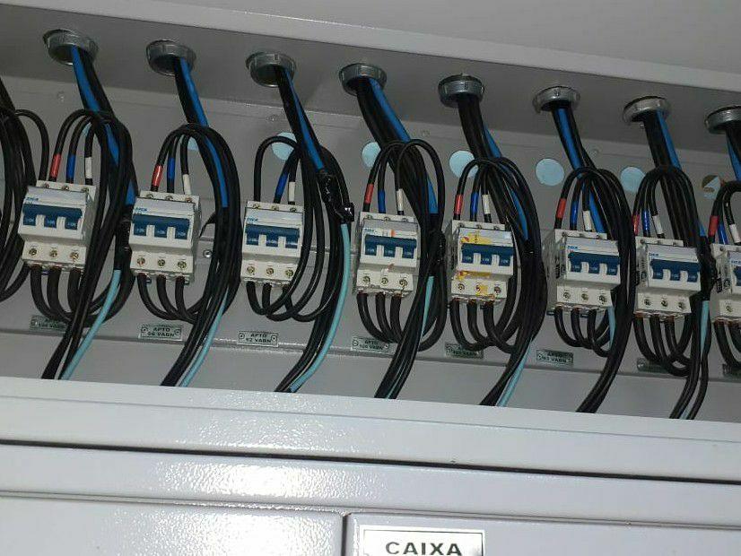 instalação de disjuntores no centro de medição.