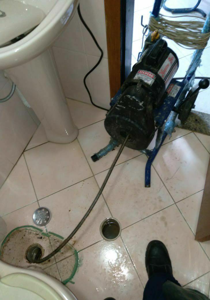 desentupimento de tubulação do vaso sanitário.