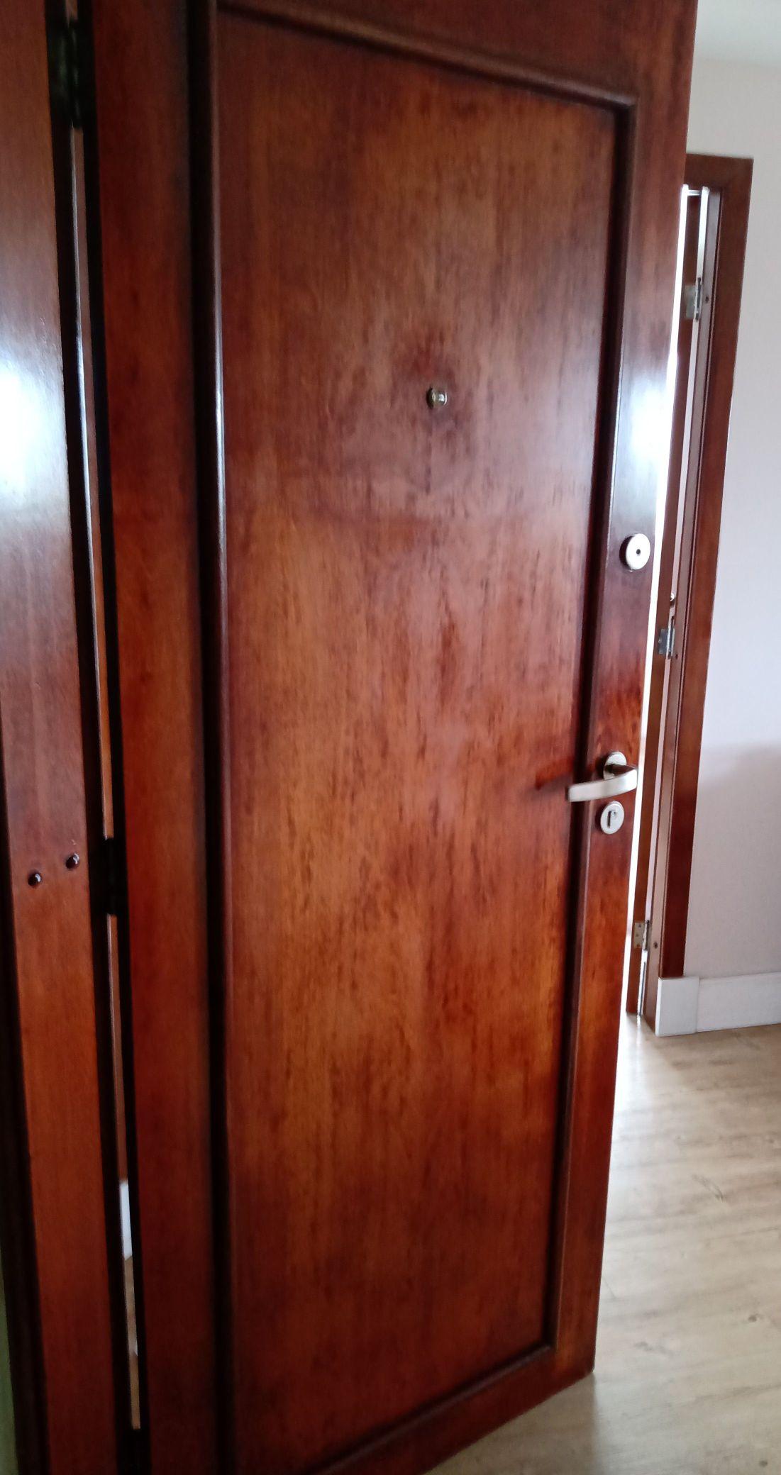 aplicação verniz portas