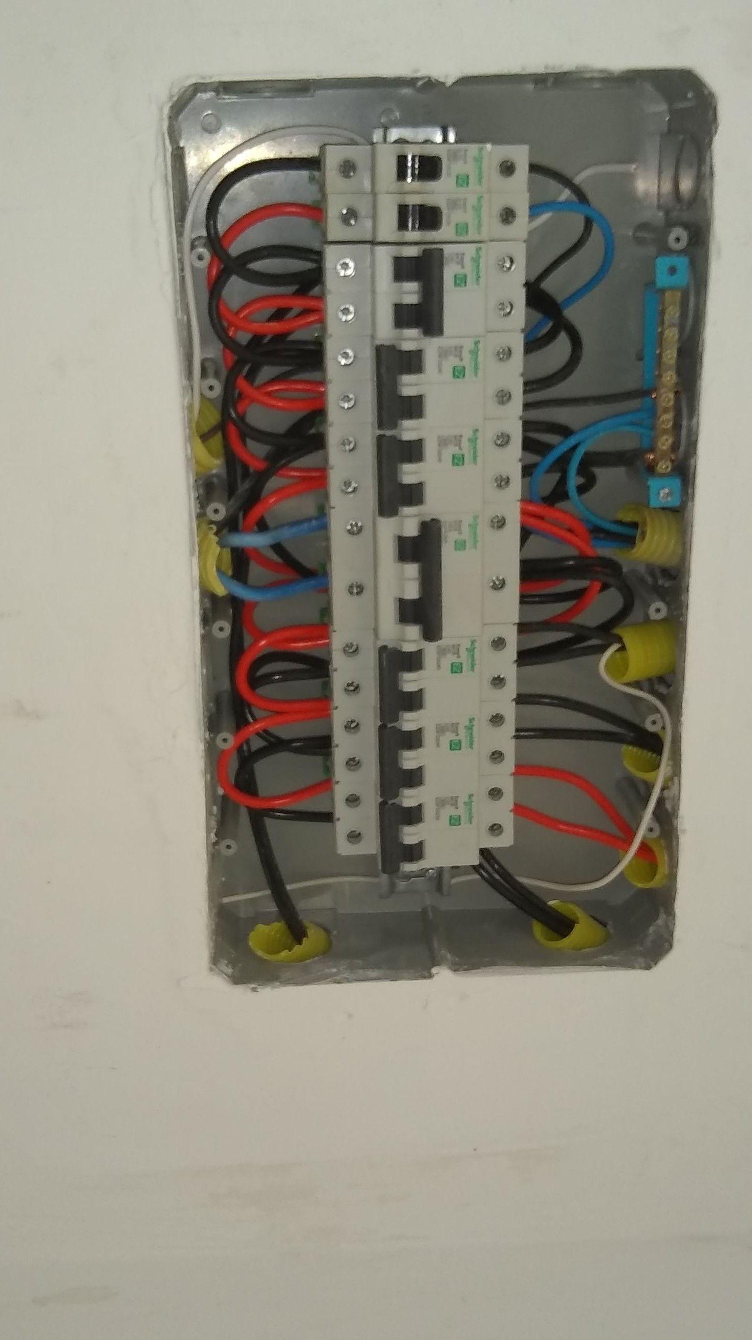 Desmontagem de painel elétrico