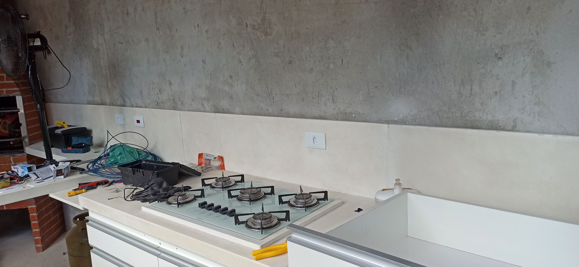 Instalação de tomadas em área de churrasqueira.