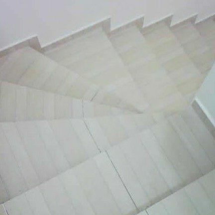 escada em L revestida com cerâmica