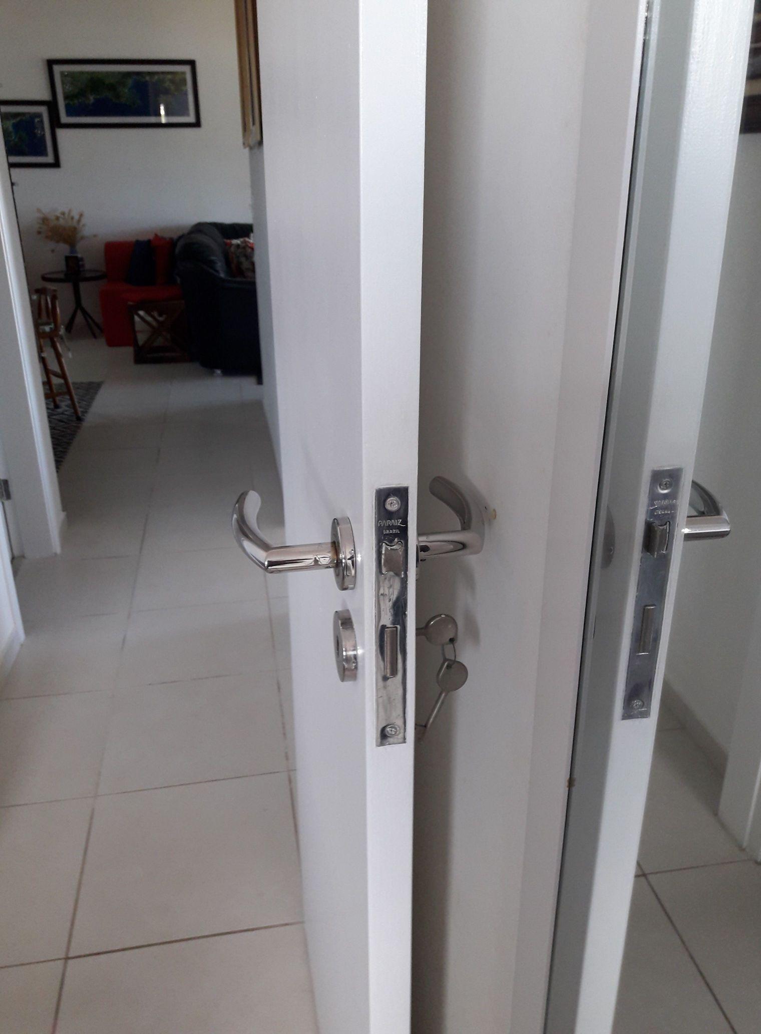 Colocação de portas e pintura