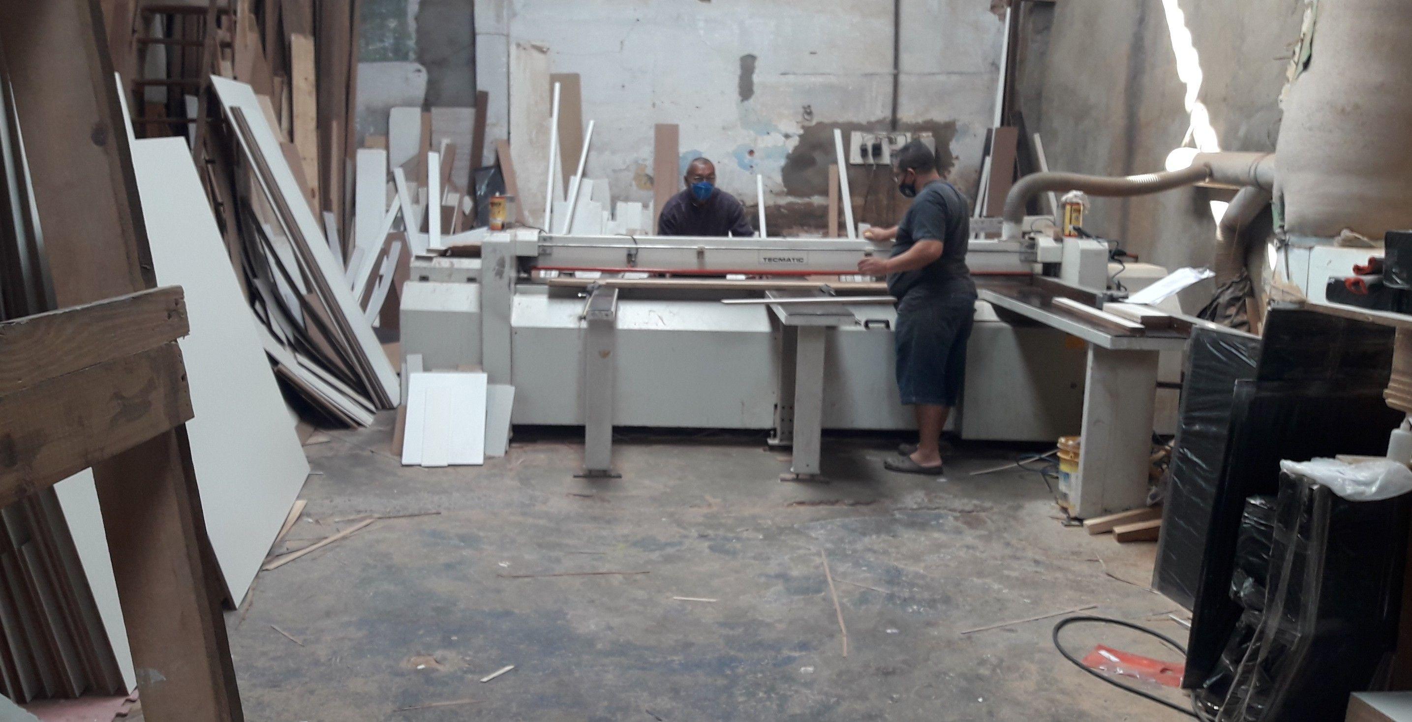 máquinas e equipamentos profissionais.