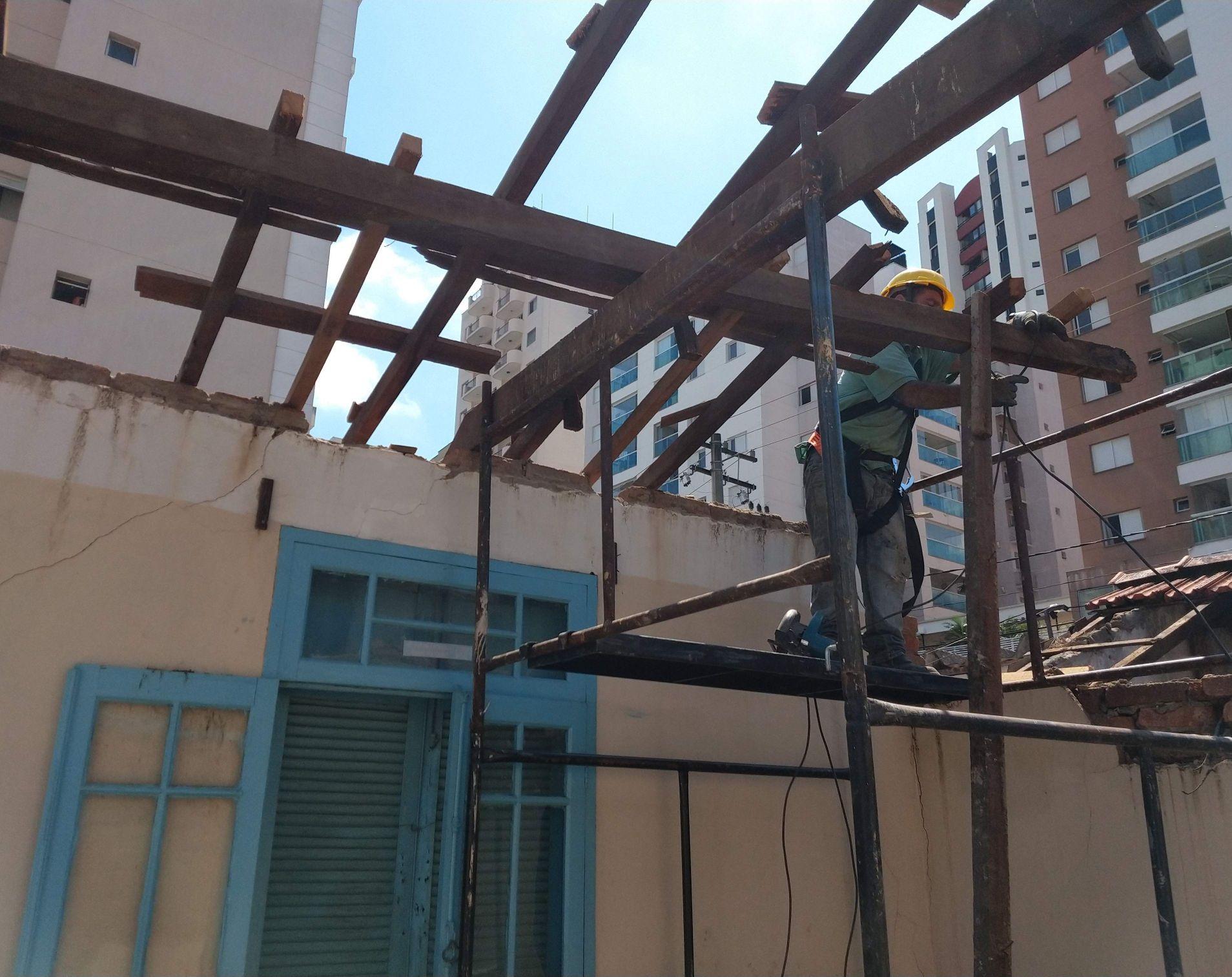 término do desmonte de madeiramento do telhado