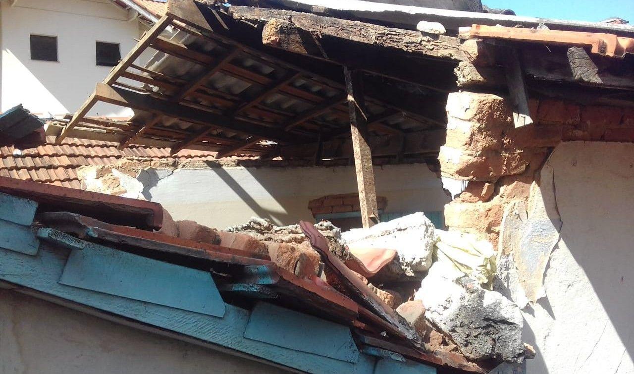 desmonte de madeiramento do telhado