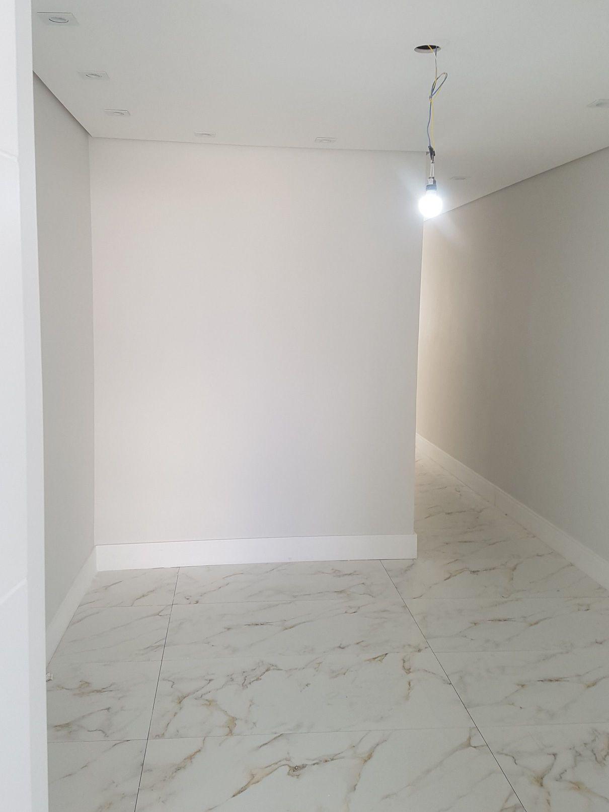 corredor com pintura e teto rebaixado e gesso