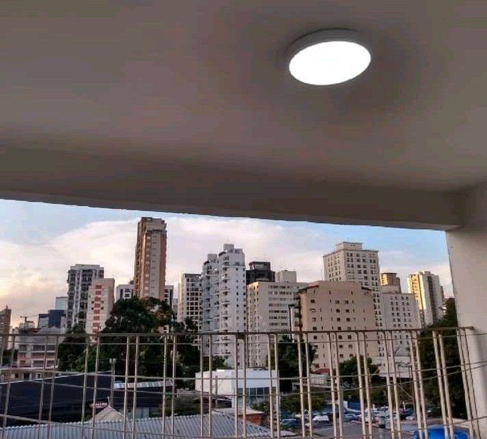 instalação de luminária de LED. clientes do Itaim