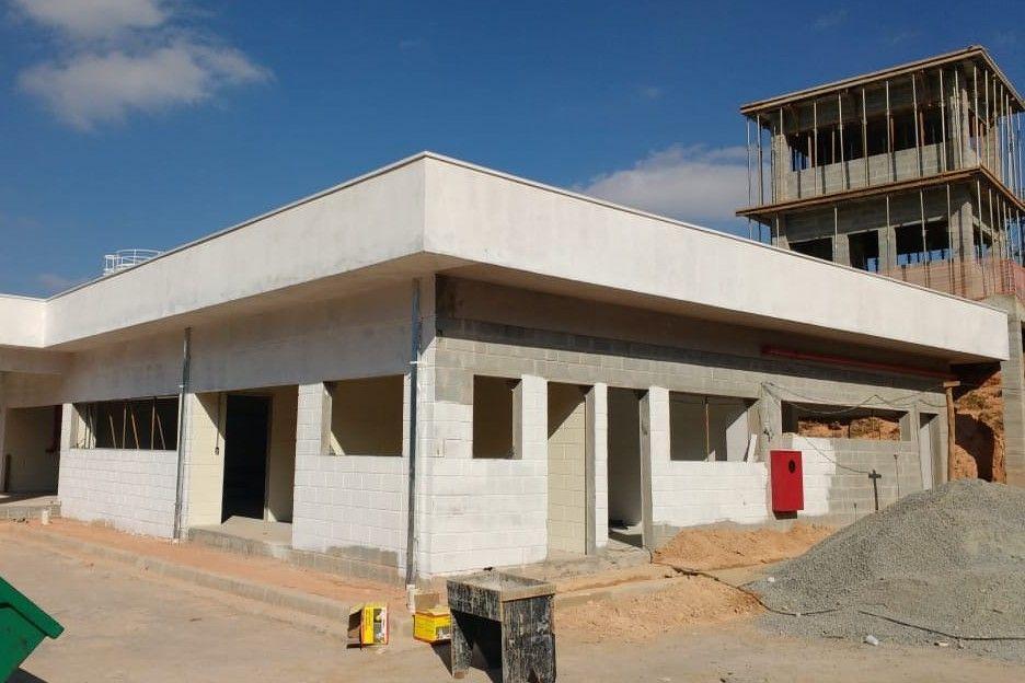 construção de prédio e guarita