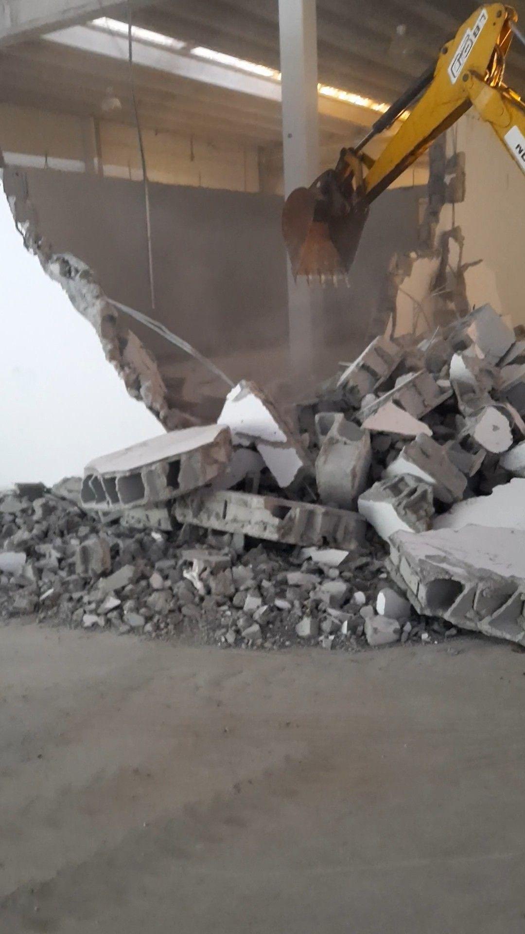 demolicao de parede em uma fábrica