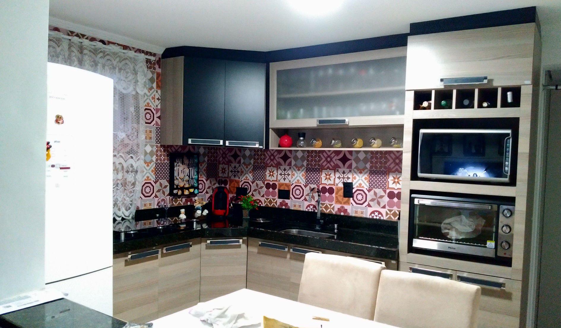 cozinha modular com instalação de papel d parede