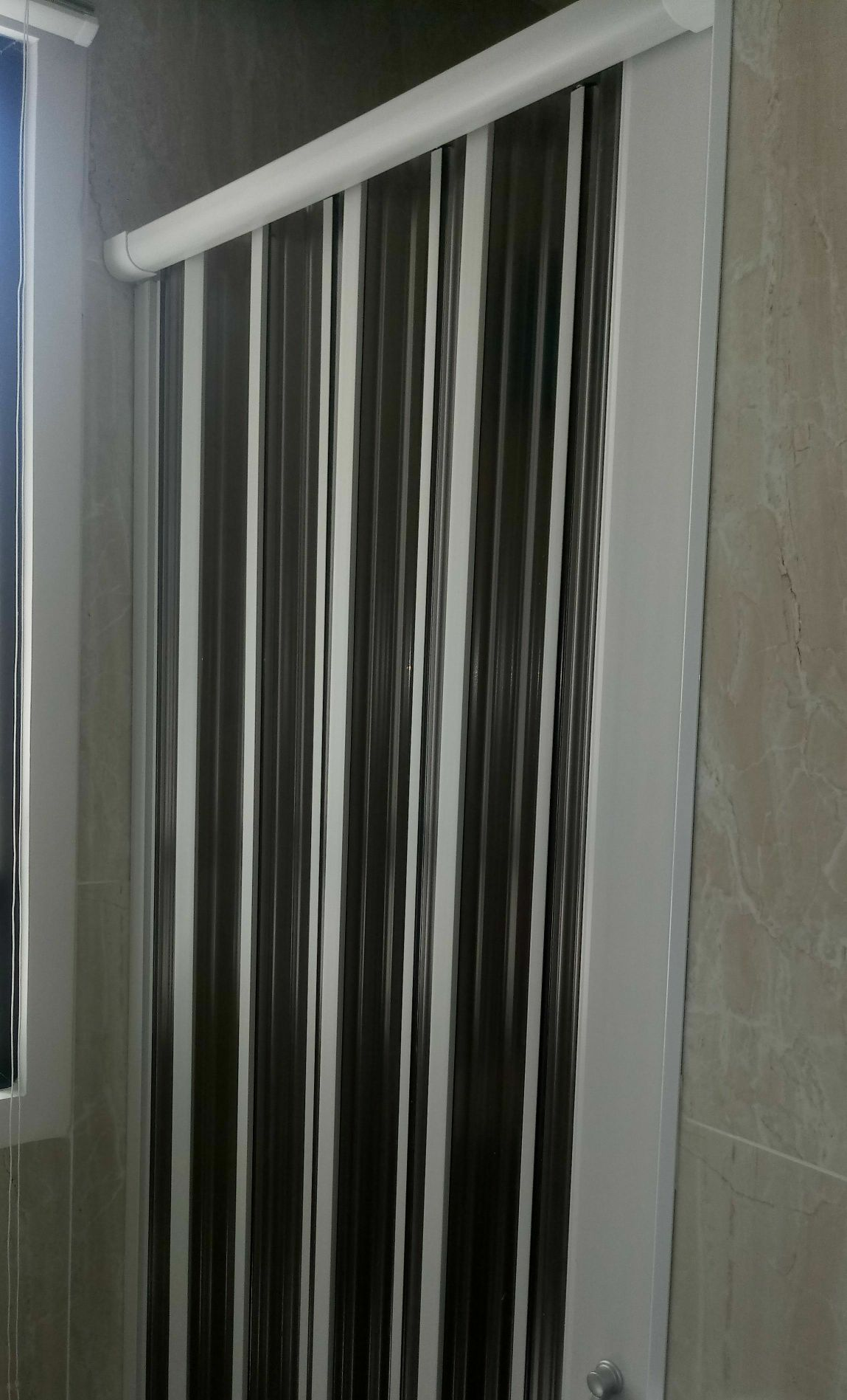 Montagem de porta acrílica em box de banheiro.