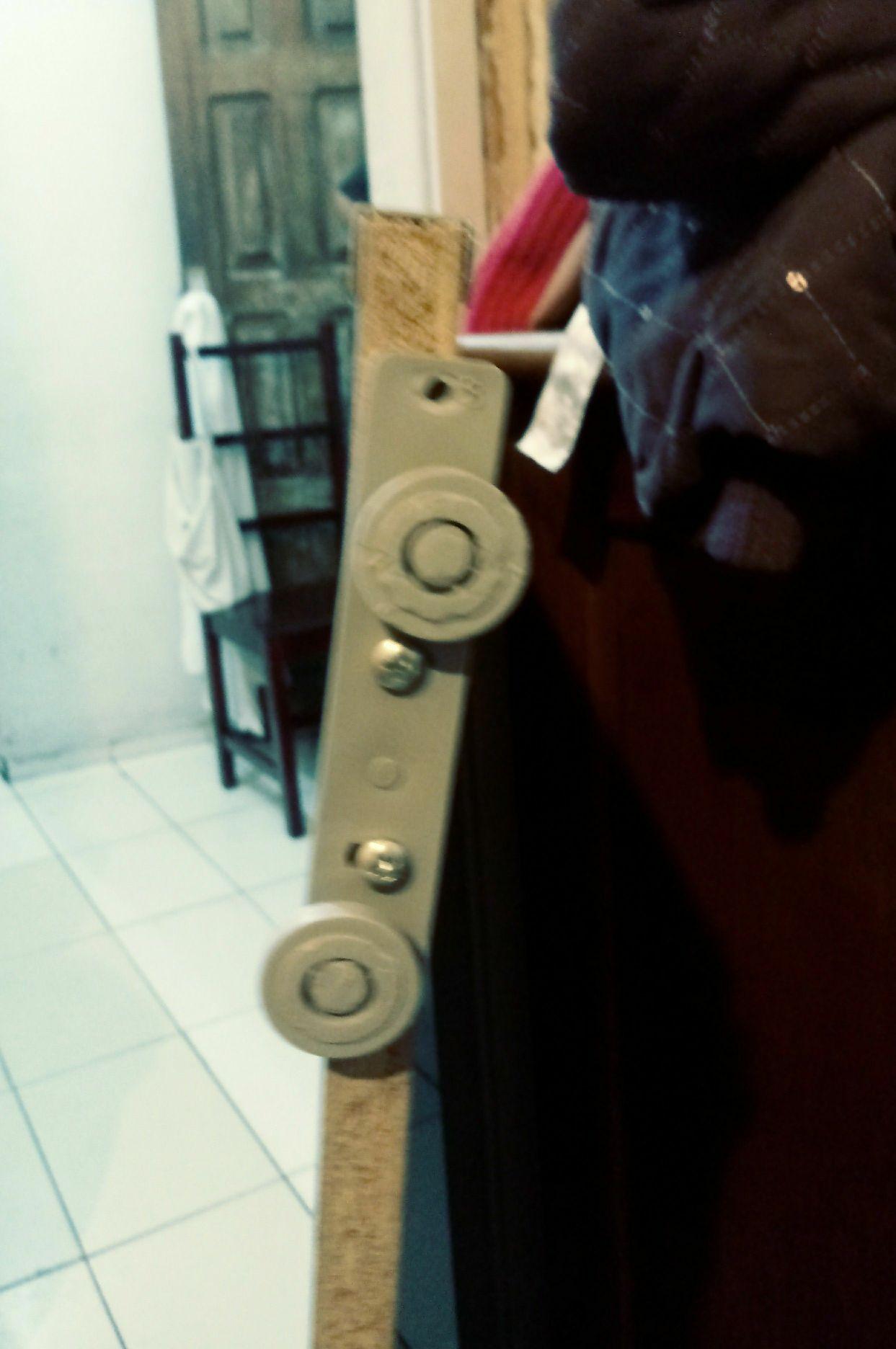 Montagem de rodízio em porta de correr do armário.