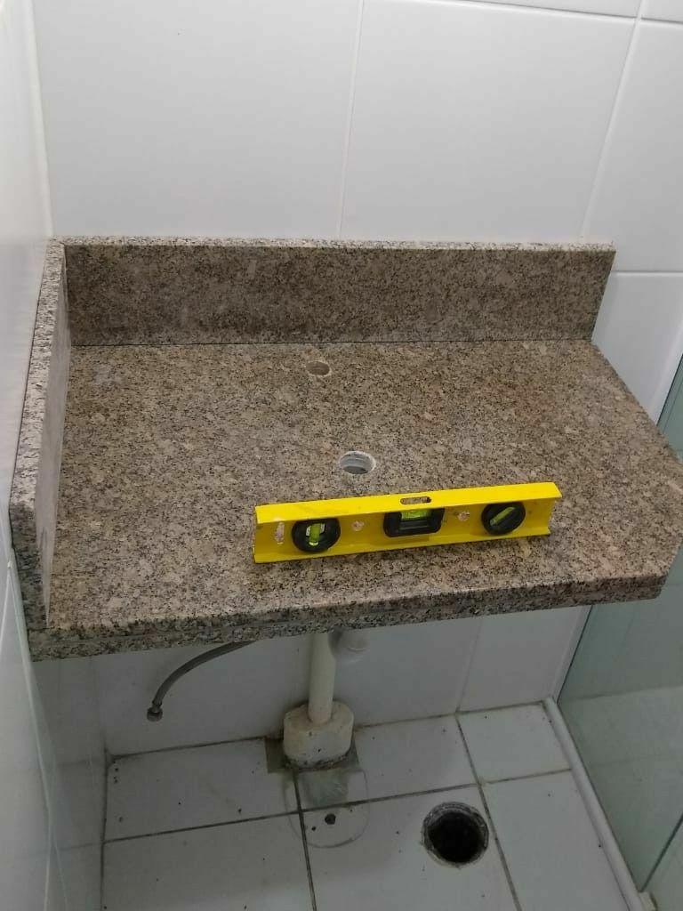 Instalação pedra de granito e hidráulica em lavabo
