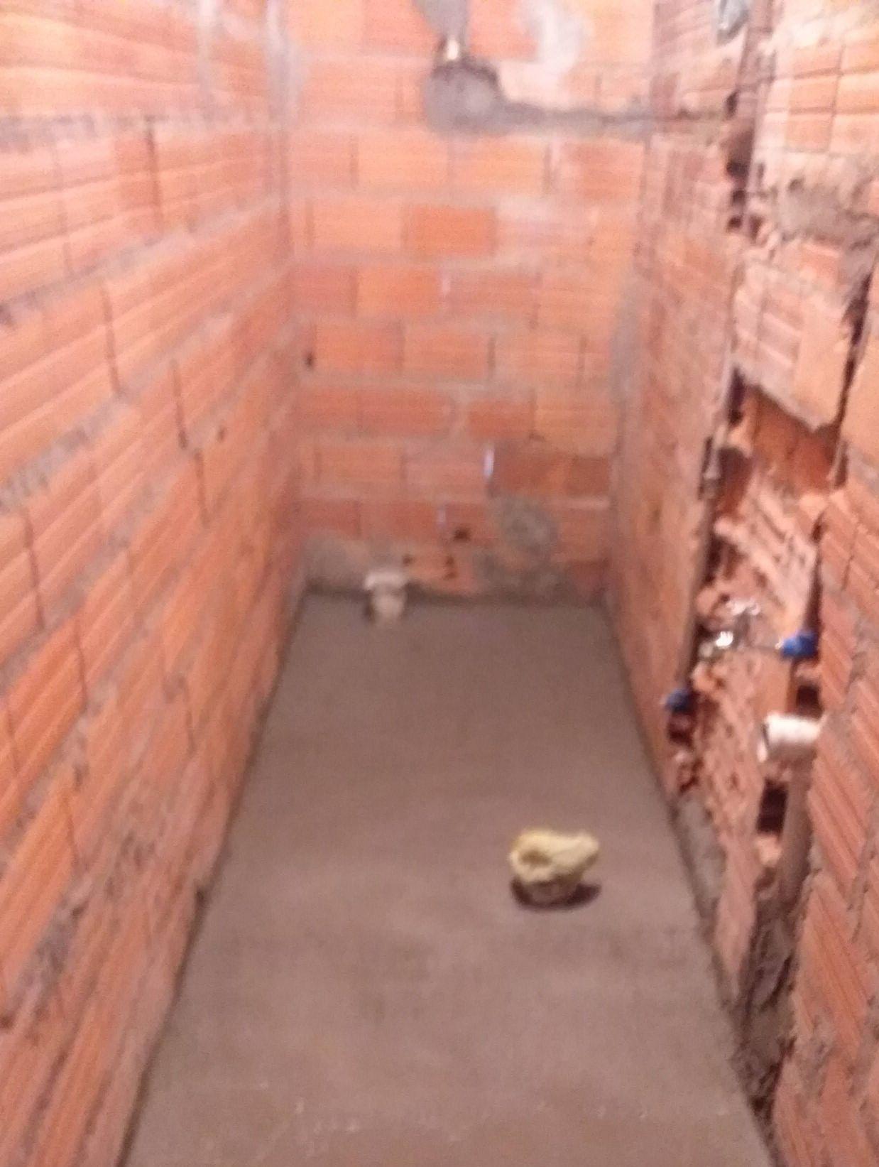 encarnação de água e esgoto do banheiro e piso