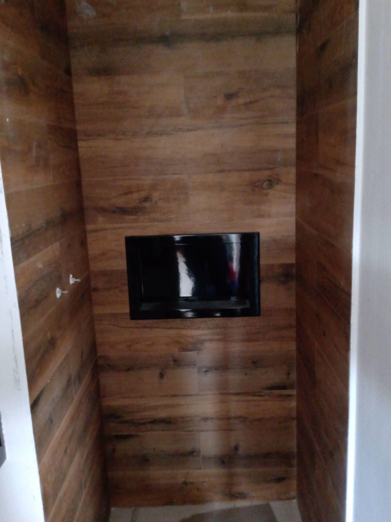 banheiro em porcelanato régua de madeira