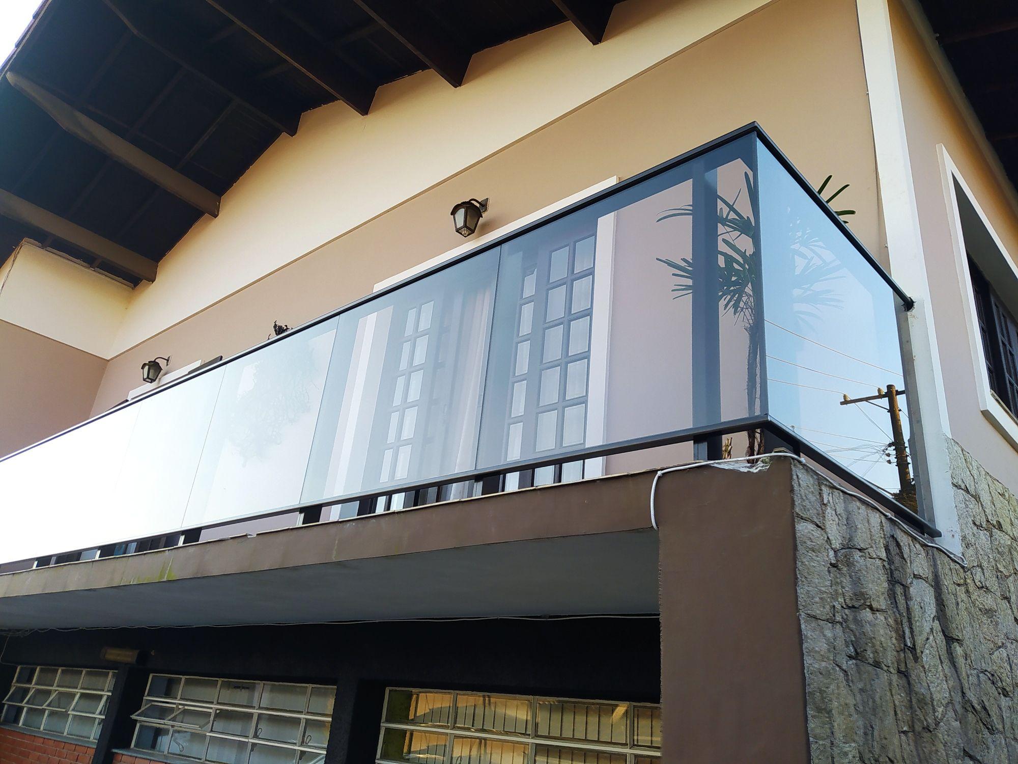 Guardo de vidro e alumínio