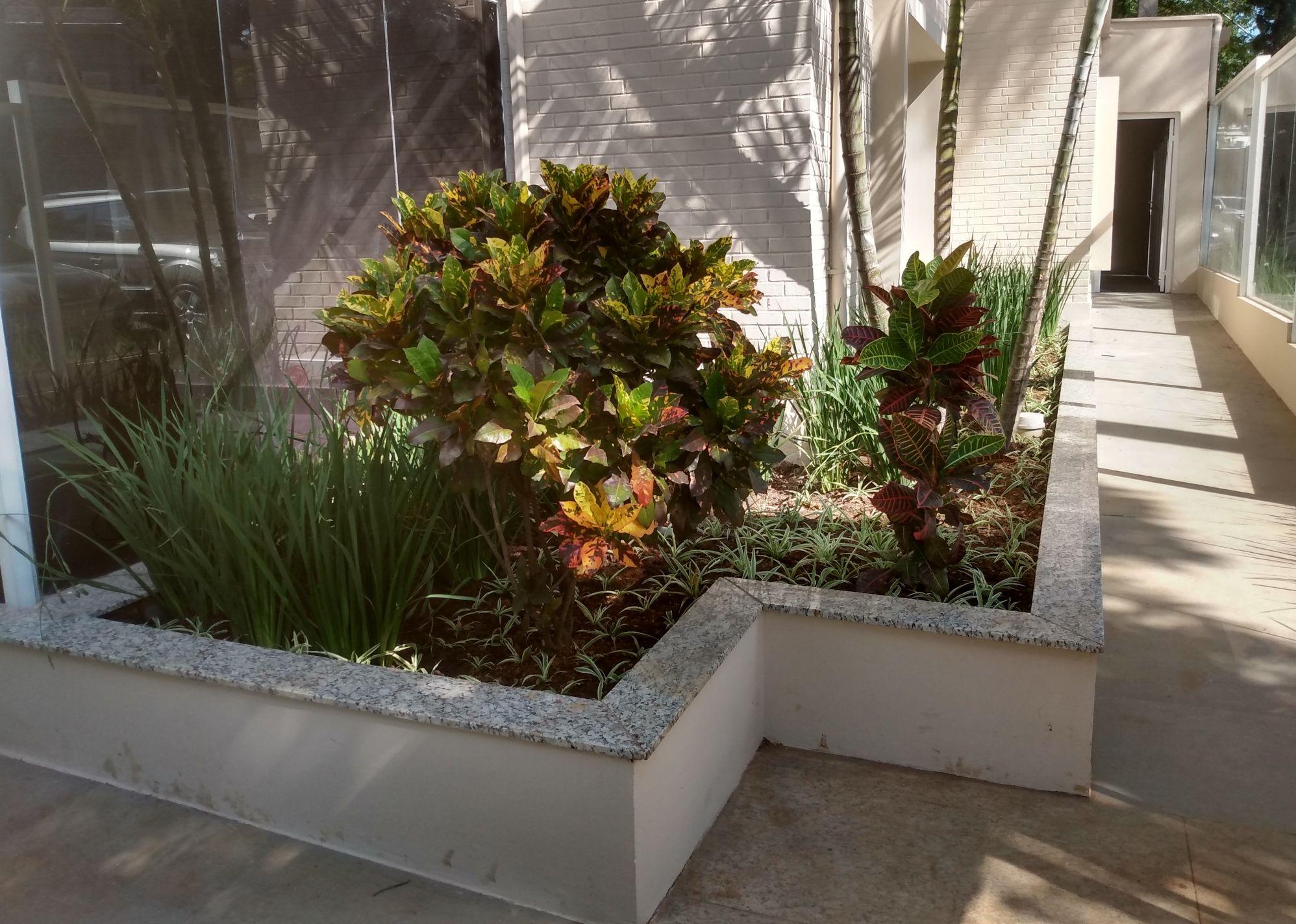Jardineira pré plantada em clínica de Estética