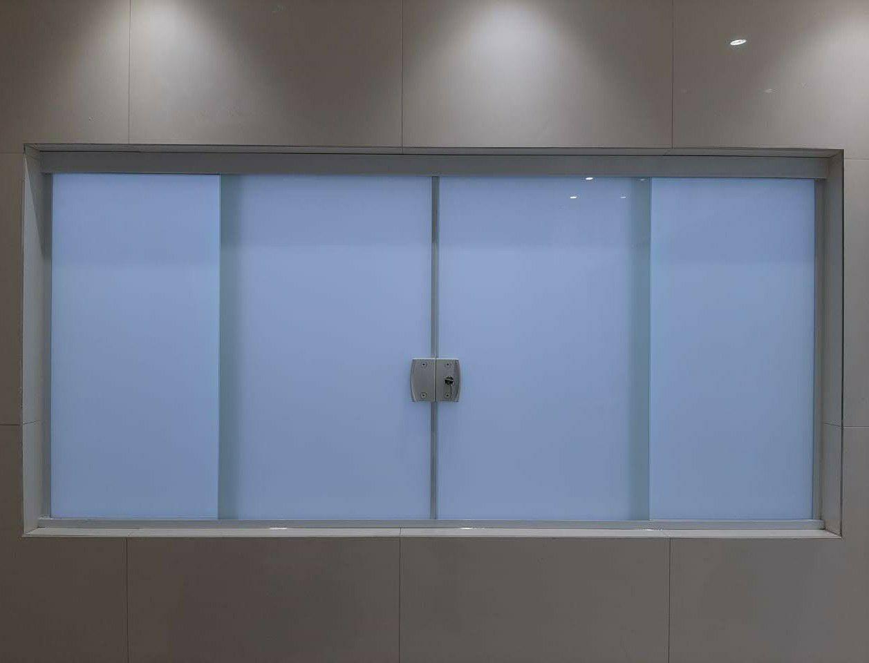 Janela com vidro temperado leitoso