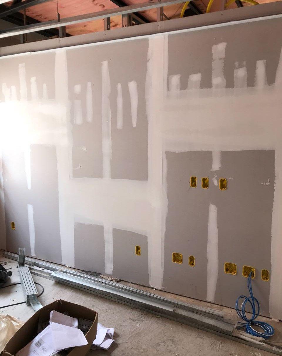 paredes em drywall com execução de elétrica.