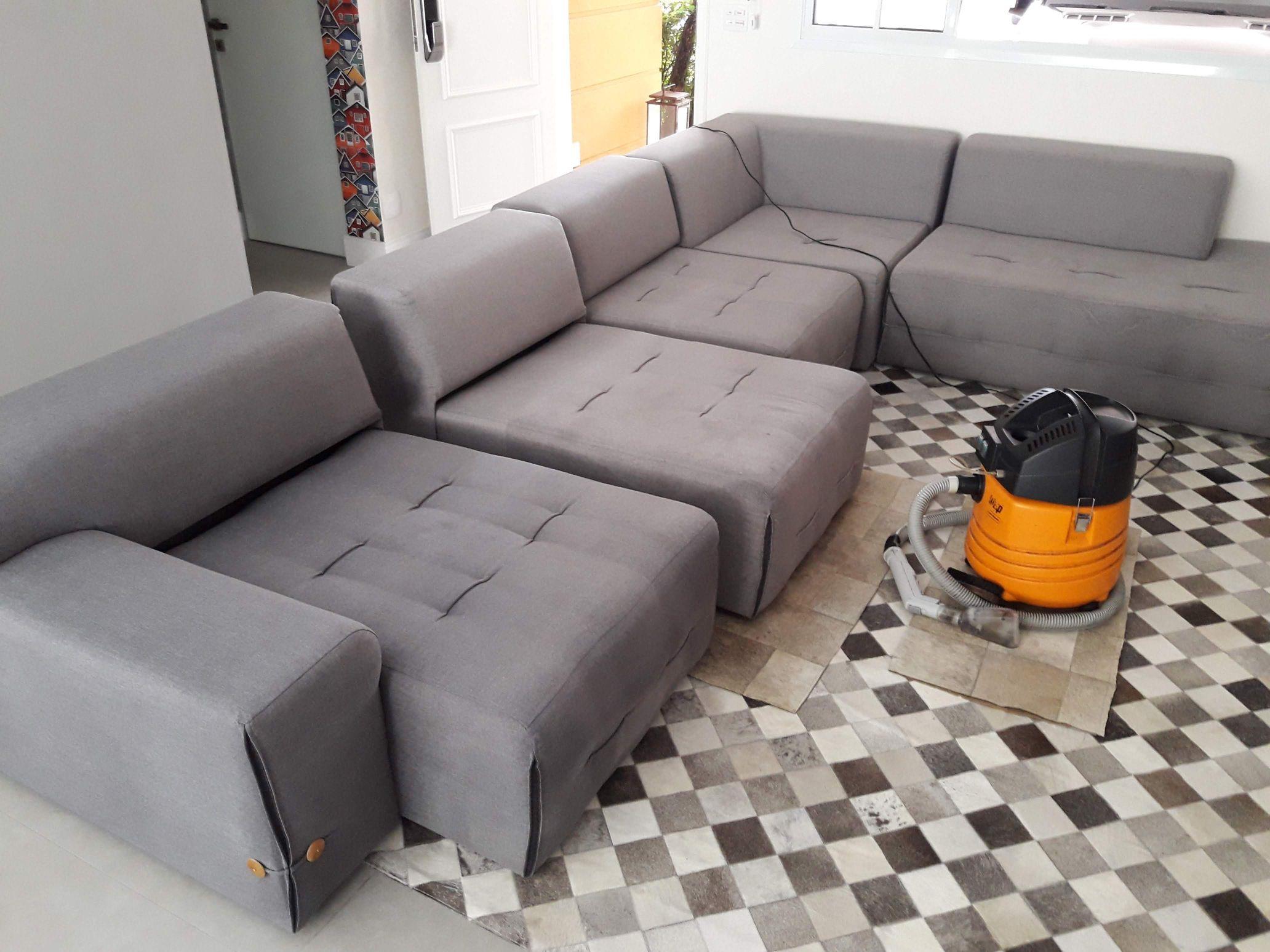 Tapete e sofá limpo